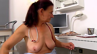Dr. Linda loses self-control at the sight of a large cock