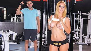 CHICAS LOCA - MILF Valeria blue Twerk it at the Gym