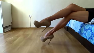 SHOWING OFF MY SEXY LEGS IN HIGH HEEL PUMPS