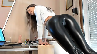 Tight body in Shiny leather Pants