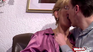 Marion gibt bei Ihrem ersten Porno alles