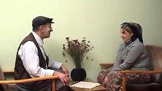 Yasli amca turbanli karisini sikiyor (Turkish)