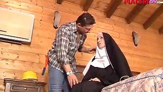 Suora succhia il cazzo del giardiniere - italian  nun
